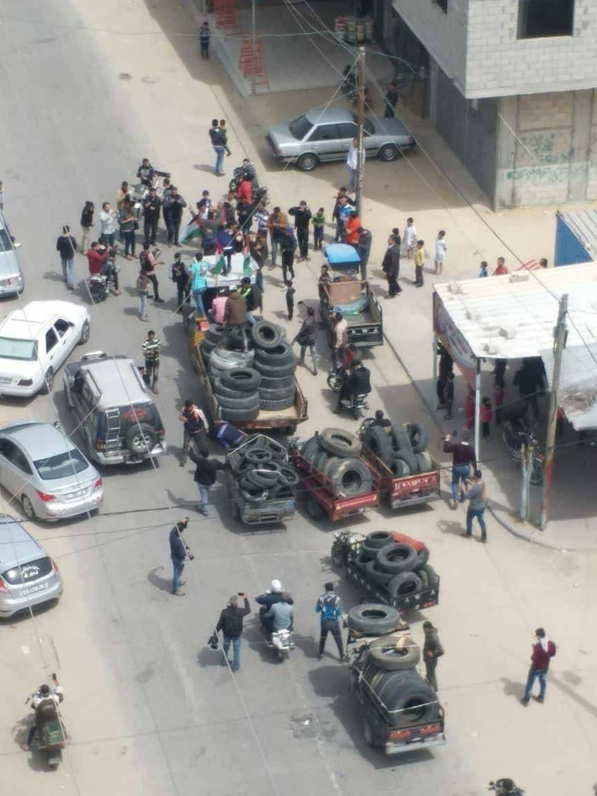 Die ganze Woche wurden Reifen gesammelt und an die Grenze transportiert. Foto Facebook