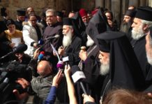 Der griechisch-orthodoxe Patriarch Theophilus lll kündigt am 25. Februar 2018 die Schliessung der Grabeskirche an. Foto Times of Israel / zVg
