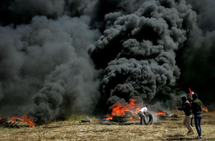Verbrennen von Reifen im südlichen Gazastreifen an der Grenze zu Israel am 6. April 2018. Foto Abed Rahim Khatib/ Flash90
