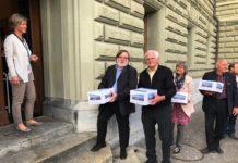 Bei der Übergabe Roland Haldimann, Vizepräsident EDU und Hans Moser, Präsident EDU. Foto zVg