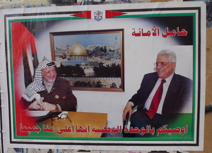 Yasser Arafat und Mahmoud Abbas. Foto Al Jazeera English - P1020739, CC BY-SA 2.0, https://commons.wikimedia.org/w/index.php?curid=17498659