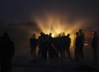 Palästinenser versammeln sich während einem Protest am Grenzzaun östlich von Gaza-Stadt in der Nähe eines Krankenwagens. Foto Wissam Nassar/Flash90