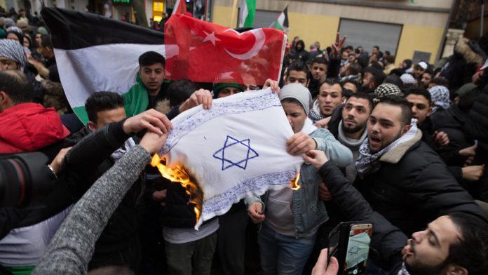 Teilnehmer einer Demonstration verbrennen im Dezember 2017 eine Fahne mit einem Davidstern in Berlin im Stadtteil Neukölln. Foto Jüdisches Forum für Demokratie und gegen Antisemitismus e.V