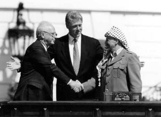 Rabin, Clinton, Arafat. Foto Vince Musi / The White House, Public Domain, https://commons.wikimedia.org/w/index.php?curid=7273344