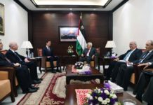 In den letzten sechs Monaten haben sich Mahmoud Abbas und seine Vertrauten nicht nur geweigert, irgendeinen Vertreter der US-Regierung zu treffen, sondern führen auch eine Schmutz- und Hasskampagne gegen Präsident Trump und hochrangige Vertreter der Regierung. Im Foto: Die US-Gesandten Jason Greenblatt (links) und Jared Kushner (Mitte) sprechen am 22. Juni 2017 in Ramallah mit Abbas (rechts). Bei dem Treffen lehnte Abbas ihre Forderung ab, die Zahlungen an Terroristen und deren Familien zu stoppen. Foto U.S. Consulate General Jerusalem.