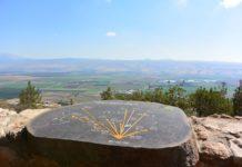 Eine Steintafel mit Wegbeschreibung am Aussichtspunkt Agamon Hula in der Nähe von Ramot Naftali. Unten das Hula-Tal ist und am Horizont sieht man die Golanhöhen. Foto Jotpe - Own work, CC BY-SA 4.0, https://commons.wikimedia.org/w/index.php?curid=38373905