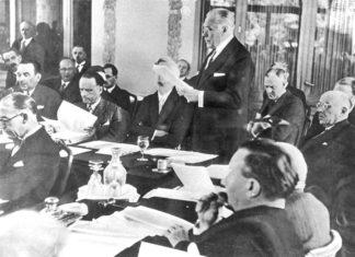 13. Juli 1938; Myron Taylor, Vertreter der Vereinigten Staaten, hält eine Rede vor den Konferenzteilnehmern. Foto Yad Vashem Fotoarchiv 1619/43.