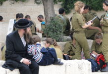 Foto Adam Jones from Kelowna, BC, Canada - Orthodox Father and Child with Soldiers - Western Wall - Jerusalem - Israel, CC BY-SA 2.0, https://commons.wikimedia.org/w/index.php?curid=35364896