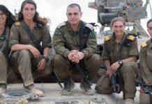 Die ersten vier weiblichen Panzerkommandanten der israelischen Streitkräfte posieren mit Brigadegeneral Guy Hasson, dem Chef des Panzerkorps. Foto IDF.