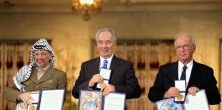 Die Friedensnobelpreisträger 1994 in Oslo. Von links nach rechts: PLO-Vorsitzender Yassir Arafat, der israelische Aussenminister Shimon Peres, der israelische Premierminister Yitzhak Rabin. Foto Government Press Office (Israel), CC BY-SA 3.0, https://commons.wikimedia.org/w/index.php?curid=22811903