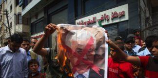 Demonstranten in Gaza verbrennen ein Porträt von Mahmoud Abbas. Foto Abed Rahim Khatib/Flash90