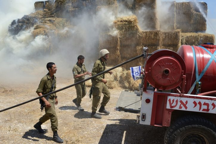 Soldaten bekämpfen am 21. Juli 2018 Flammen beim Kibbutz Nahal Oz, die durch einen Drachen mit einem Brandsatz bestückt, ausgelöst wurden. Foto Gili Yaari/Flash90