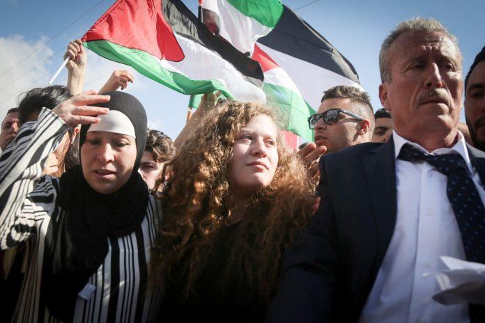 Ahed Tamimi (Mitte) wird von Verwandten und Unterstützern begrüsst, nachdem sie am 29. Juli 2018 aus dem israelischen Gefängnis entlassen wurde. Foto Flash90