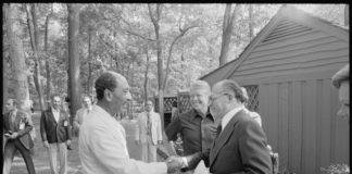 Jimmy Carter beobachtet, wie Anwar Sadat und Menahem Begin sich für eines ihrer Treffen im Camp David begrüssen. Foto U.S. National Archives and Records Administration, Public Domain, https://commons.wikimedia.org/w/index.php?curid=16582502