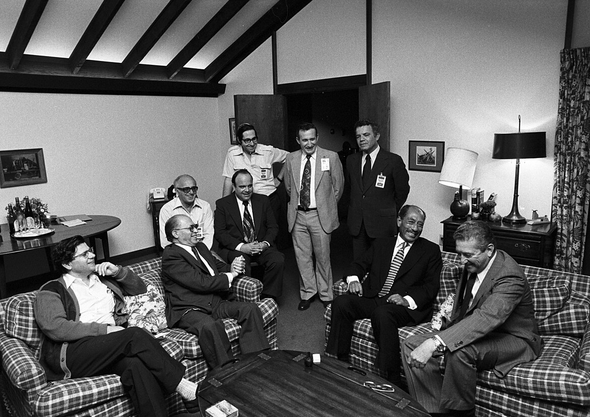 Sadat und Begin und ihre Delegationen in Camp David am 17. September 1978. Foto Central Intelligence Agency from Washington, D.C., Public Domain, https://commons.wikimedia.org/w/index.php?curid=51186231
