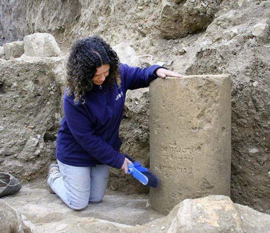 Danit Levy, Leiterin der Ausgrabungen im Auftrag der Israel Antiquities Authority (IAA), neben dem Stein mit der Inschrift. Foto Yoli Shwartz, IAA