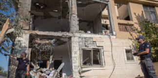 Israelische Sicherheitskräfte inspizieren ein Haus in der südisraelischen Stadt Beersheba das am am 17. Oktober 2018 von einer Rakete aus dem Gazastreifen getroffen wurde. Foto Yonatan Sindel/Flash90