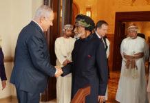 Der israelische Premierminister Benjamin Netanyahu schüttelt Oman's Sultan Qaboos bin Said während Netanyahu's offiziellem Besuch im Oman am 26. Oktober 2018 die Hand. Foto Büro des israelischen Premierministers.
