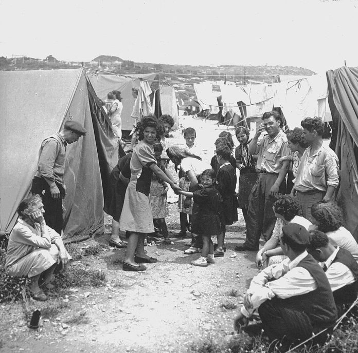 Jüdische Flüchtlinge im Transitlager Ma'abarot, 1950. Foto Von Jewish Agency for Israel - https://www.flickr.com/photos/jewishagencyforisrael/4068140175/in/set-72157622639806938?edited=1, Gemeinfrei, https://commons.wikimedia.org/w/index.php?curid=9641908