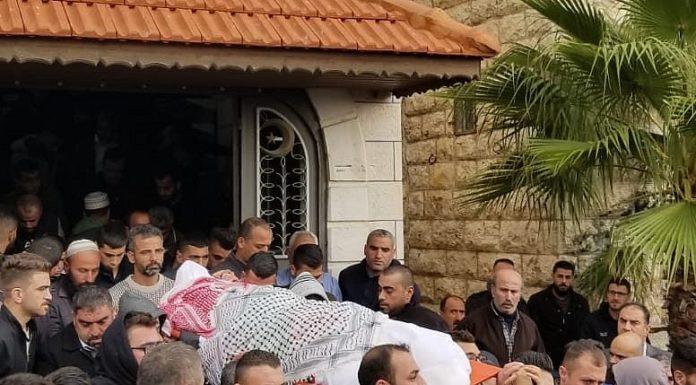 Familienmitglieder tragen Mahmoud Abu Asabeh am 14. November 2018 zu einer Grabstätte in Halhoul. Foto Adam Rasgon/ Times of Israel