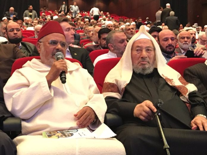 Scheich Ahmed al-Raissouni (links), Nachfolger von Scheich Yusuf Qaradawi (rechts). Foto Jerusalem Center for Public Affairs / Arabische Presse.
