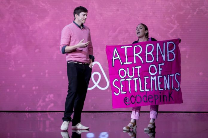 Aufruhr während eines Interviews mit Ashton Kutcher bei den Airbnb Open in Los Angeles am 19. November 2016. Foto Screenshot Youtube.