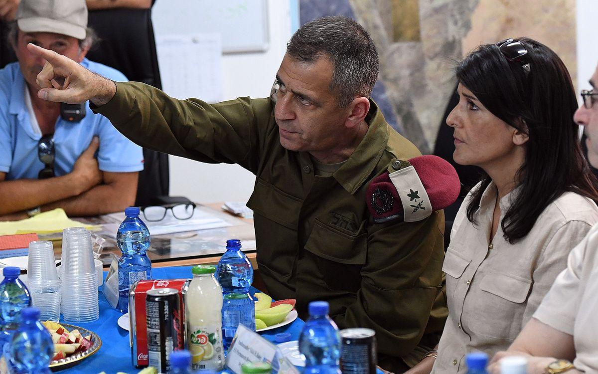 Die ehemalige US-Botschafterin bei der UNO Nikki Haley, erhält im Juni 2017 während eines Besuchs am Kerem-Shalom-Grenzübergang Informationen vom damals noch stellvertretenden Stabschef Aviv Kochavi. Foto U.S. Embassy Tel Aviv, CC BY 2.0, https://commons.wikimedia.org/w/index.php?curid=59754105