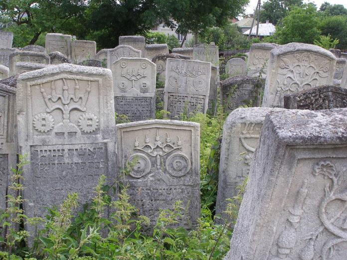 Ein alter jüdischer Friedhof in der Stadt Burshtyn in der Westukraine. Foto Roman Zacharij, Public Domain, https://commons.wikimedia.org/w/index.php?curid=6303702