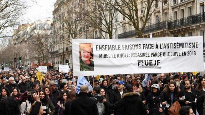 In onore della memoria della sopravvissuta all'Olocausto Mireille Knoll, 85 anni, uccisa nel marzo 2018 in un crudele attacco antisemita.Foto European Jewish Press.