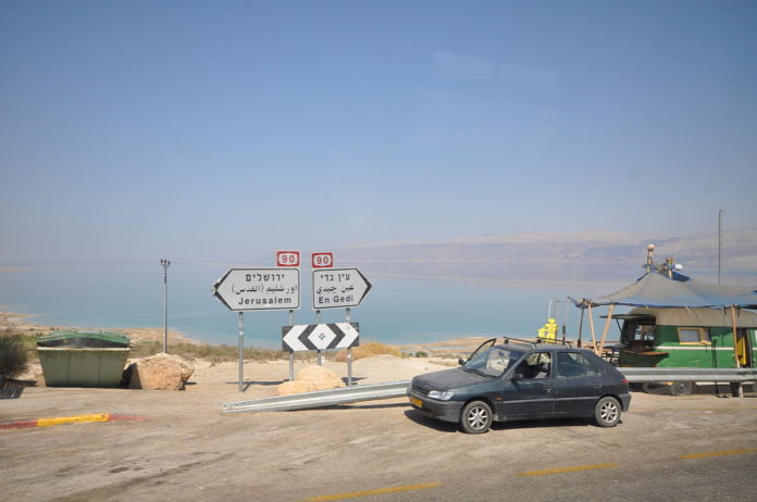 Foto Jorge Láscar - Road along the Dead Sea, CC BY 2.0, https://commons.wikimedia.org/w/index.php?curid=31947780