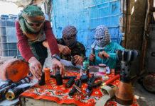 Palästinenser in Gaza bereiten Explosivstoffe vor, für neue Ausschreitungen am Freitag an der Grenze zu Israel. Foto Abed Rahim Khatib/Flash90