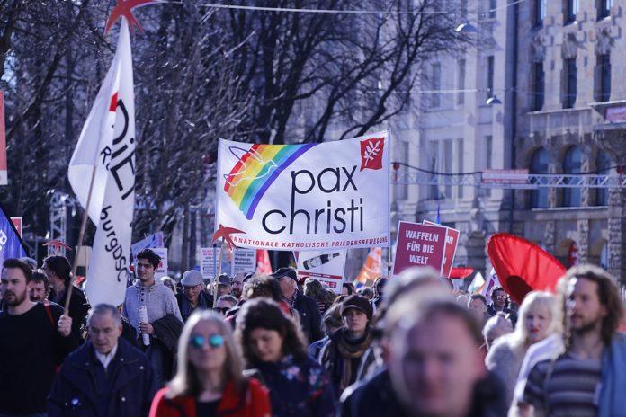 Pax Christi an der Demonstration gegen die Münchner Sicherheitskonferenz 2019. Foto Henning Schlottmann (User:H-stt), CC BY-SA 4.0, https://commons.wikimedia.org/w/index.php?curid=76622706