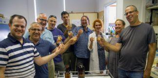 Das Forscherteam mit dem neuen alten Bier. Foto Yaniv Berman, mit freundlicher Genehmigung der Israelischen Antiquitätenbehörde.
