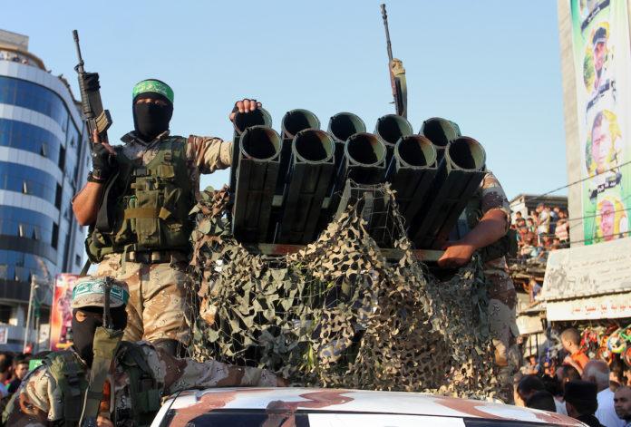 Am 15. April jährte sich zum 18. Mal der Abschuss der ersten Hamas-Rakete auf Israel. Abgebildet: Bewaffnete Hamas-Milizen auf einer Parade mit einem fahrzeuggebundenen Raketenwerfer in Gaza. Foto Abed Rahim Khatib/Flash90