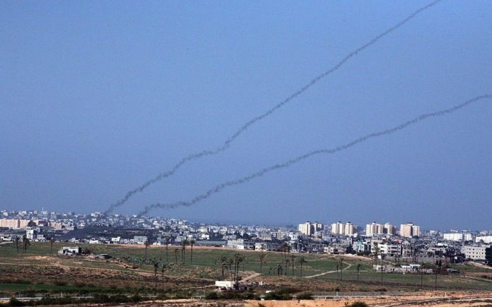 Raketenabschuss aus dem Gazastreifen in Richtung einer südisraelische Stadt. Foto Yossi Zamir/Flash90