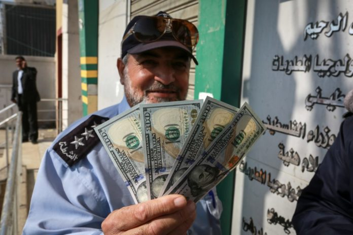 Palästinenser erhalten am 9. November 2018 in Rafah im südlichen Gazastreifen Geld. Foto Abed Rahim Khatib/ Flash90