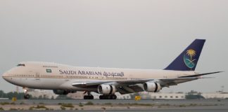 Boeing 747-168B, Saudi Arabian Airlines in Dubai. Foto Konstantin Von Wedelstaedt - Gallery page http://www.airliners.net/photo/Saudi-Arabian-Airlines/Boeing-747-168B/1626629/LPhoto http://cdn-www.airliners.net/aviation-photos/photos/9/2/6/1626629.jpg, GFDL 1.2, https://commons.wikimedia.org/w/index.php?curid=26822250