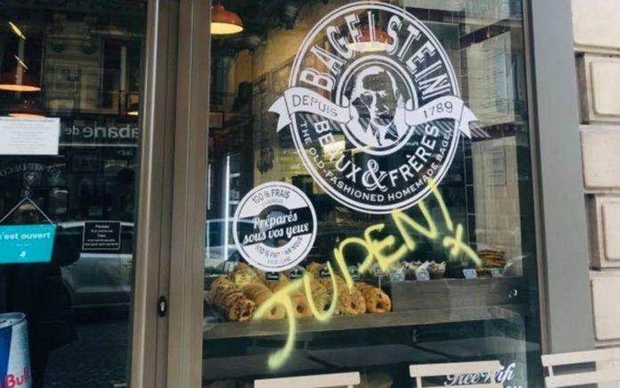 Antisemitisches Graffiti an den Fenstern des Restaurant Bagelstein in Paris am 9. Februar 2019. Foto Screenshot YouTube