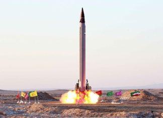 """Emad (persisch: عماد, was """"Säule"""" bedeutet) ist eine im Iran entwickelte, flüssig-kraftstoffbetriebene ballistische Mittelstreckenrakete (MRBM), eine Weiterentwicklung von Shahab-3. Foto Mohammad Agah/Tasnim News Agency, CC BY 4.0."""