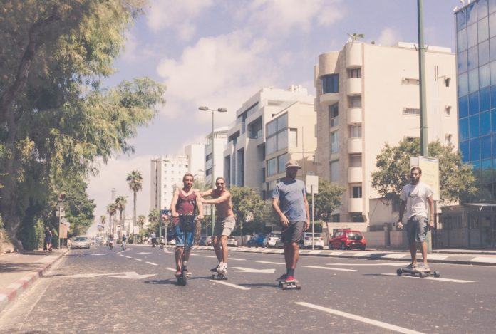 Die Hayarkon Street in Tel Aviv an einem Yom Kippur. Foto Photo by Yoav Aziz on Unsplash.