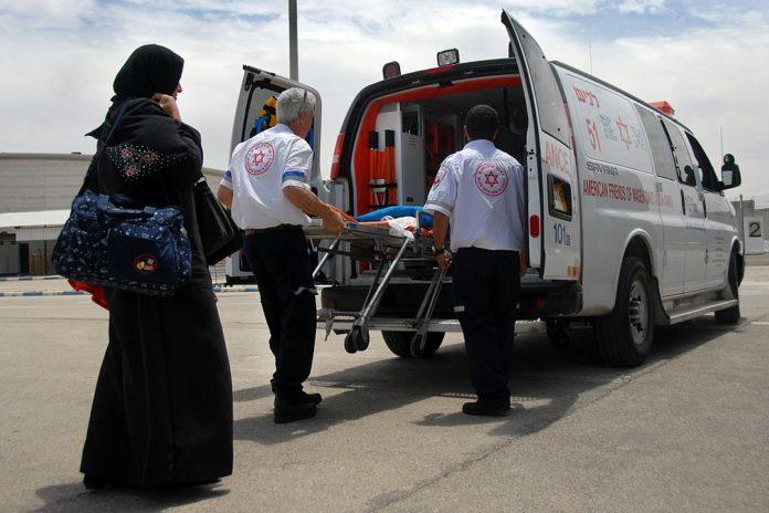Palästinenser aus Gaza werden zur medizinischen Versorgung nach Israel über den Grenzübergang Erez gebracht. Foto Kpl. Gal Ashuach, IDF. CC BY-SA 2.0, https://commons.wikimedia.org/w/index.php?curid=34369916