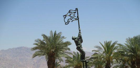 In Eilat erinnert eine Bronzeskulptur des Künstlers Bernard Reder an das hissen der Tintenflagge. Eine improvisierte Flagge Israels, die im Krieg 1949 in Eilat gehisst wurde. Foto Dr. Avishai Teicher Pikiwiki Israel, CC BY 2.5, https://commons.wikimedia.org/w/index.php?curid=32877513