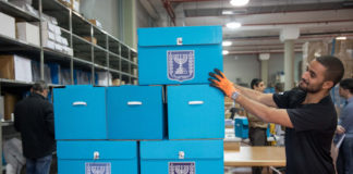 Vorbereitung der Wahlurnen in einem zentralen Lager des Wahlausschusses in Shoham. Foto von Noam Revkin Fenton/Flash90