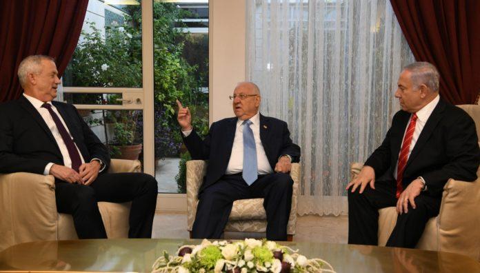 Blau-Weiss-Führer Benny Gantz (L), Präsident Reuven Rivlin (M) und Premierminister Benjamin Netanyahu (R) trafen sich am 25. September 2019 in der Präsidentenresidenz in Jerusalem. Foto Amos Ben Gershom/GPO.