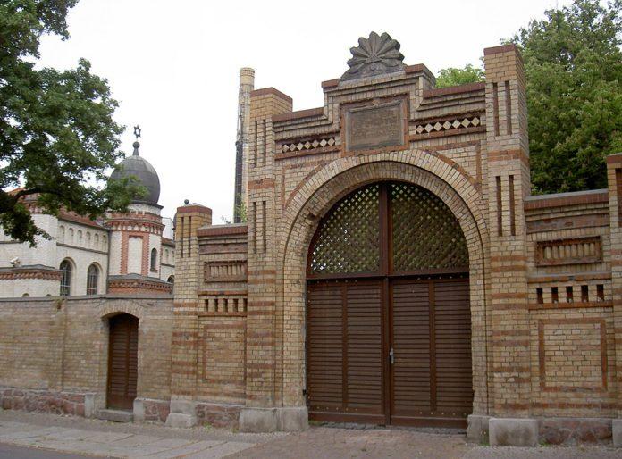 Die Synagoge in Halle und der Eingang zum Jüdischen Friedhof. Foto Allexkoch, CC BY-SA 4.0, https://commons.wikimedia.org/w/index.php?curid=42881122