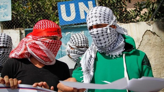 Palästinenser demonstrieren am 17. September 2017 vor dem Hauptsitz der Agentur für Flüchtlinge im Flüchtlingslager Balata. Foto Nasser Ishtayeh/Flash90.