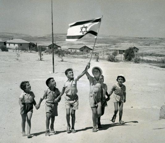 Kinder mit der Nationalflagge, Beer-Sheva, Israel, 1950er Jahre. Foto Leni Sonnenfeld. Beit Hatfutsot, The Oster Visual Documentation Center, Sammlung Sonnenfeld