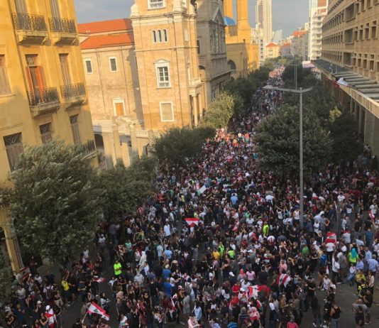 Proteste in der Beiruter Innenstadt am 19. Oktober 2019. Foto Shahen Araboghlian - Eigenes Werk, CC BY-SA 4.0, https://commons.wikimedia.org/w/index.php?curid=83214286