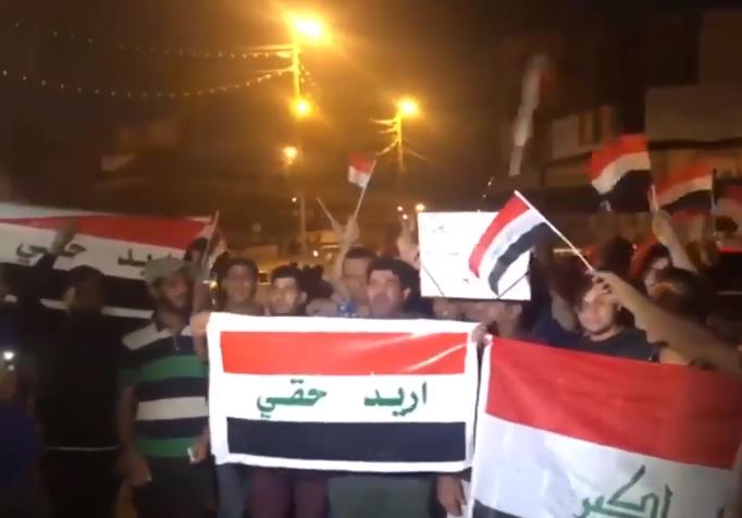 Demonstranten auf dem Tahrir-Platz in Bagdad am 24. Oktober 2019. Foto ِAlrafidain TV - https://www.youtube.com/watch?v=yb6ZoRMI3eY (0:03), CC BY 3.0, https://commons.wikimedia.org/w/index.php?curid=83340118