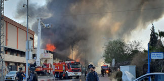 Israelische Feuerwehrleute kämpfen gegen die Flammen in einer Fabrik in Sderot, die von einer Rakete des palästinensischen islamischen Dschihad aus Gaza nach Israel am 12. November 2019 abgeschossen wurde. Foto Flash90.